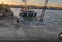 صورة غرق قاطرة بميناء مصراتة والفرق الفنية تعمل على انتشالها