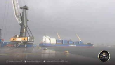 صورة جنوح إحدى السفن في ميناء طرابلس بسبب العواصف