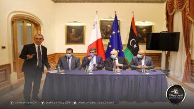 صورة عقيلة والوفد المرافق له يجتمعان بسفراء الدول الأوروبية لدى مالطا