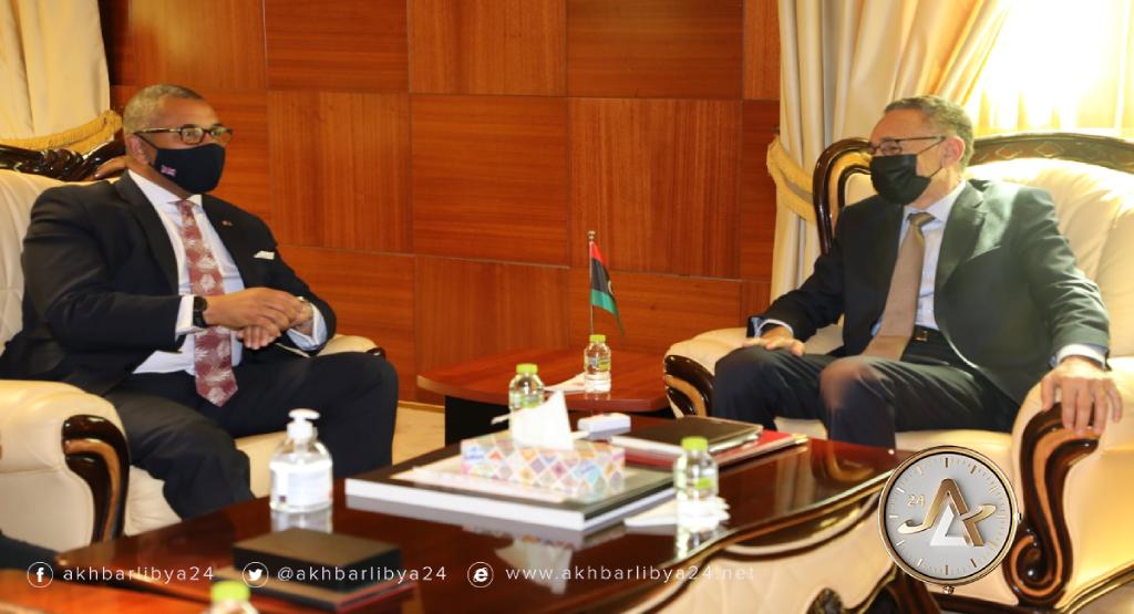 وزير الاقتصاد والتجارة محمد الحويج وزير الدولة البريطاني لشؤون الشرق الأوسط وشمال أفريقيا جيمس كليفرلي