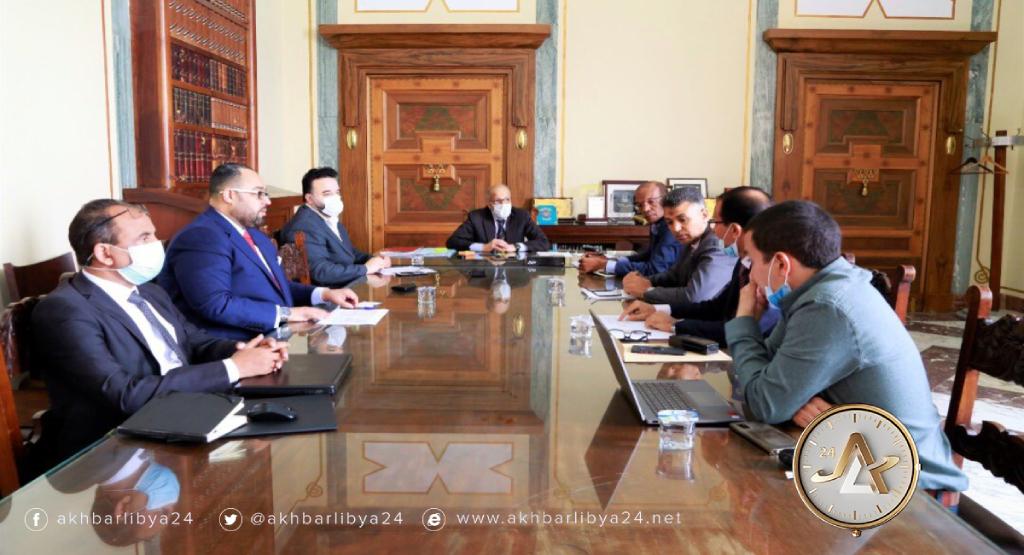 محافظ مصرف ليبيا المركزي الصديق الكبير يجتمع مع عدد من المستشارين ومدراء الإدارات