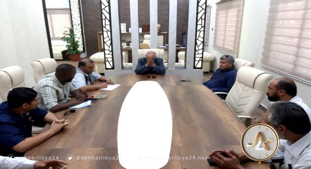 بلدية طبرق تجتمع مع فنيين من وزارة الموارد المائية